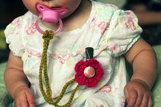 Compartimos una preciosa idea: un práctico sujetachupetes hecho con crochet. Se trata de una cadenita y flor en crochet agarradas a un clip sujetador, para hacer un coqueto sujetachupete a tu bebé. Las cadenitas y las flores son buenos proyectos para principiantes en el arte del crochet: anímate con esta manualidad