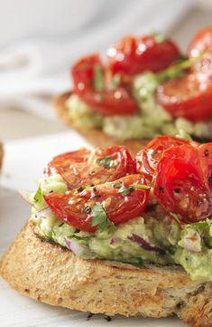 Bruschetta met geroosterde tomaat en avocado Bruchetta, Vegetarian Recipes, Healthy Recipes, Happy Foods, High Tea, Appetizer Recipes, Appetizers, Italian Recipes, Food Inspiration