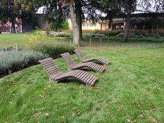 Ligstoelen uit duurzaam hout. Ontwerp: Straatmeubilair Grijsen. Locatie: Winterswijk. Bron: Dagmar Haas. Datum: 15/09/2014 #Winterswijk #Ligstoellen #park #Houtebanken #gras