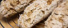 Ein ganz einfaches Rezept für glutenfreie und sehr rustikale Quinoa-Bagutettes. Ihr werdet sie lieben.