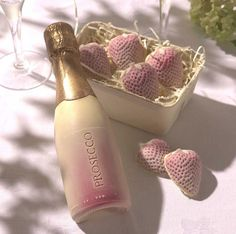 Celebrate with our mouth-watering chocolate strawberries and a bottle of white Belgian chocolate prosecco. All handmade with a whopping 12 month's shelf life! Handmade from the finest white Belgian ch. Edible Gold Glitter, Golden Glitter, Valentines Day Wine, White Chocolate Strawberries, Covered Strawberries, Charles Perrault, Gin Tonic, Alcohol Gifts, Whole Milk Powder
