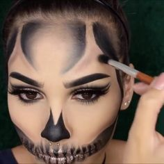 Looking for for inspiration for your Halloween make-up? Browse around this website for creepy Halloween makeup looks. Amazing Halloween Makeup, Halloween Eyes, Halloween Skeleton Makeup, Creepy Halloween, Skull Makeup, Diy Makeup, Makeup Eyes, Maquillage Halloween Clown, Halloween Tutorial