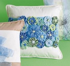 Crafts 'n things : Projects : Details : posh-yo-yo-pillow-sleeve Sewing Pillows, Diy Pillows, Decorative Pillows, Throw Pillows, Cushions, Patchwork Pillow, Quilted Pillow, Sewing Crafts, Sewing Projects