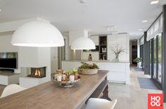 Luxe keuken inrichting met houten eettafel met zitstoelen