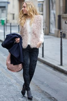 The Golden Bun | Fashion & Lifestyle blog based in Paris - Munich - Bozen: Mixing patterns - prints, fur and knit wearing a Hallhuber feather vest, Hoss Intropia coat and Zara pieces