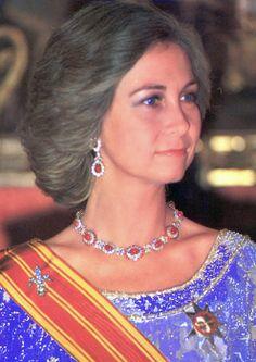 La Reina con los rubies de Niarchos y los pendientes regalo de su madre