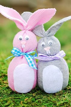 Sock Bunny (Easter Crafts for Kids) : Easy sock bunny tutorial. Perfect Easter craft plus you can get rid of mismatched socks! Sock Bunny Tutorial {Easter Crafts for Kids} Easter Crafts For Adults, Easy Easter Crafts, Sock Crafts, Easter Projects, Bunny Crafts, Easter Crafts For Kids, Crafts To Do, Diy For Kids, Easter Ideas