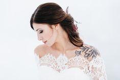 Winterhochzeit, was für eine tapfere Braut und so märchenhaft. Lace, Tops, Women, Fashion, Wedding Bride, Moda, Fashion Styles, Shell Tops, Racing