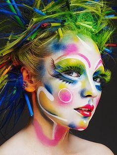 A maquiagem feita por Alex Box nos mostra a evolução de técnicas e texturas, o maquiador hoje tem o título merecido de Makeup artist, (artista de maquiagem)