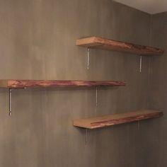 Boomstam wandplank met organische vorm aan zichtzijde