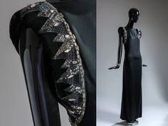 Vestido con hombreras bordadas con pedrera de 1975
