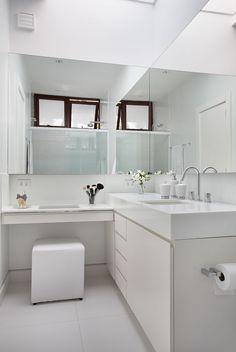 Apartamento, decoração de apartamento, com tons neutros. Banheiro, lavabo, com tons neutros, flores e cantinho de maquiagem.