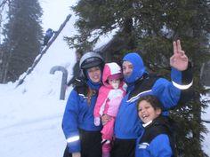 Familia en la cabaña del lago.  viaje a laponia papa noel, viajes a laponia, laponia