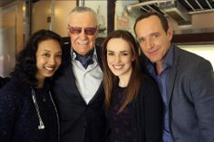 Stan Lee with Maurissa Tancharoen, Elizabeth Henstridge and Clark Gregg of Agent's of SHIELD