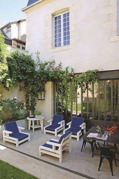 La terrasse design d'une maison de ville. Plus de photos sur Côté Maison : http://bit.ly/1HuV2Ej