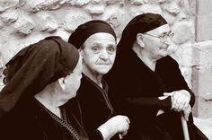 Three old ladies - Metsovo, Ioannina Crazy Hat Day, Crazy Hats, Twin Halloween, Halloween Costumes, Costume Zombie, Old Lady Costume, Girl Costumes, Wonderland Party, Alice In Wonderland