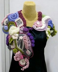 This freeform cowl left me breathless! Just look at it! :D Source: http://mybonnetbee.blogspot.it/2014/02/busto-arsizio-passatempi-e-passioni_22.html