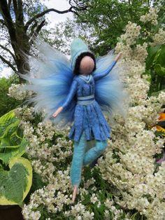 Deko-Objekte - Ronan, gefilzt in grünblau, Waldorf, Schultüte - ein Designerstück von filzweiber bei DaWanda Diy Dollhouse, Dollhouse Miniatures, Felt Fairy, Felt Embroidery, Inspiring Things, Flower Fairies, Felt Dolls, Needle Felting, Wool Felt