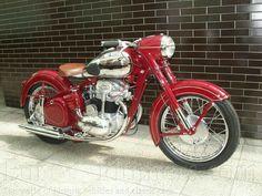 Vintage Car Models: A Collectors Dream - Popular Vintage Vintage Honda Motorcycles, Cool Motorcycles, Classic Road Bike, Classic Bikes, Vintage Biker, Vintage Racing, Scooters, Moto Jawa, Jawa 350