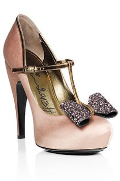 Los zapatos para ir de boda deben lucir a lo grande para dar ese look envidiable que buscas y una gran excusa para comprar un nuevo par!!! :)