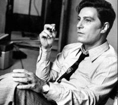 Nino Manfredi negli anni 60, durante la pausa sul set di uno dei suoi film. L'immagine di un uomo, di un artista determinato e di gran classe e temperamento.