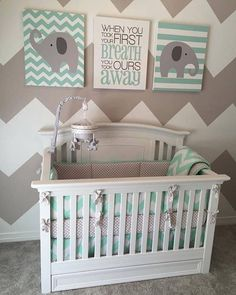 Gray and mint are the perfect pair! We love this fun patterned nursery featuring our Harbor Crib! The colors and patterns really give off a playful vibe. We also love that it's also gender neutral. Check out this beautiful crib exclusively at @babiesrus!