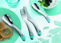 Elegancki i praktyczny zestaw sztućców - nóż, widelec, łyżka i łyżeczka, wykonanych z najwyższej jakości stali nierdzewnej chromowo-niklowej. Każdy element zestawu posiada bajeczny motyw misia polarnego, który ucieszy oko dziecka i z pewnością skłoni je do radośniejszego spożywania posiłków.
