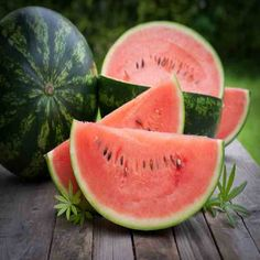 Learn how to make your own watermelon syrup. It'seasy to make, economical and a natural fruit sweetner you can use for pancakes instead of artificial or expensive syrups. How To Store Watermelon, Unique Recipes, Real Food Recipes, Canning Syrup, Watermelon Syrup, Honey Syrup, Mother Earth News, Sweet Sauce, Homemade Cakes