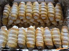 Šlehačkové kremrole:370g hladké mouky 1 šlehačka 250g másla (ne Hera) 2 žloutky, Sníh z 8 bílků ( na 1 bílek 50g cukru), žloutek s trochou vody na potření