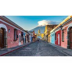 """85 Me gusta, 4 comentarios - Roberto Destarac Photography 📷 (@robdesphoto) en Instagram: """"CALLE DEL ARCO en Antigua Guatemala. @robdesphoto  #guatemala #prensalibre #travel #guatemalacity…"""""""