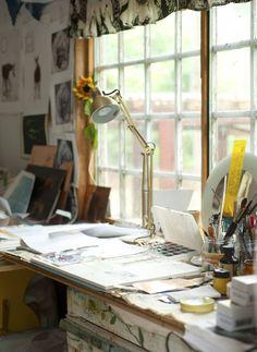 Kun aika on sopiva ja inspiraatio iskee, pujahtaa Karin ateljeehen. Taiteen tekemiseen pitää antaa aikaa.