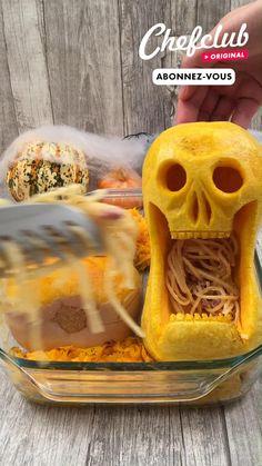 Cette année pour Halloween, au lieu de creuser une citrouille pour la déco, creusez des courges butternut pour en faire un plat de pâte aussi impression que délicieux ! Et pour encore plus d'idées de recettes, abonnez-vous ou rendez-vous sur chefclub.tv Scary Halloween Cakes, Easy Halloween Snacks, Hallowen Food, Halloween Food For Party, Tasty Videos, Food Videos, Comida De Halloween Ideas, Buttercream Cake Decorating, Food Carving