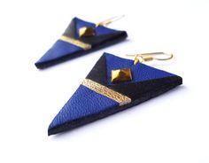Boucles d'oreilles triangle en cuir recyclé bleu électrique, noir et doré - attaches en acier chirurgical plaqué or par Adorness Jewelry