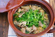 寒い季節に最適のポカポカお鍋♪ お鍋に鶏肉ときのこを入れ、10分ほど煮込んだら出来上がり。しかも、使う調味料は2つのみと、とってもシンプル。 それでいて、旨味がたっぷりなのは、コトコト煮ている間に出る、鶏肉ときのこの美味しいお出汁。スープまで飲み干すほどの美味しさです♪