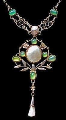 Arts & Crafts Necklace Silver Chalcedony Pearl Pendant: H: cm in) W: cm in) Necklace: L: 47 cm in) British, Jewelry Crafts, Jewelry Art, Antique Jewelry, Jewelry Accessories, Vintage Jewelry, Fine Jewelry, Jewelry Design, Vintage Brooches, Bijoux Art Nouveau