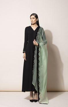 Black Anarkali, Anarkali Suits, Pakistani Dress Design, Pakistani Dresses, Modest Fashion Hijab, Kurta Designs Women, Dress Indian Style, Indian Attire, Indian Designer Wear