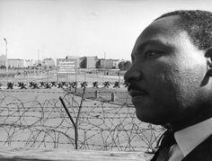 1964: MLK in Berlin: Martin Luther King in Berlin: Am 13. September 1964 besuchte der amerikanische Menschenrechtler auf Einladung des Bürgermeisters Willy Brandt die geteilte Stadt. Auf dem Programm stand selbstverständlich auch ein Besuch an der Mauer - hier am Potsdamer Platz.