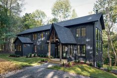 Black Beauty — A Modern Tennessee Farmhouse — Leslie Brown Photography Blac. Black Beauty — A Modern Tennessee Farmhouse — Leslie Brown Photography Black Beauty — A Mode Mountain Home Exterior, Black House Exterior, Rustic Houses Exterior, Modern Farmhouse Exterior, Exterior House Colors, Interior Exterior, Farmhouse Style, Farmhouse Nashville, Exterior Siding