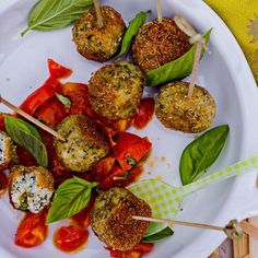 We've put together a healthy meatball recipe that's full of flavor without the fat and calories of traditional recipes. Skinny Recipes, Ww Recipes, Low Calorie Recipes, Cooking Recipes, Skinnytaste Recipes, Copykat Recipes, Healthy Snacks, Healthy Eating, Appetizers