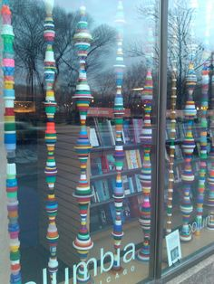 Praeterita: Brancusi in Plastic Artist Mary Ellen Croteau is showing these columns made from recycled plastic cartons and lids in the window of the Columbia College bookstore on Michigan Avenue. Plastic Bottle Caps, Bottle Cap Art, Recycle Plastic Bottles, Bottle Top, Plastic Containers, Recycled Art Projects, Recycled Crafts, Craft Projects, Diy Crafts