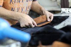 Lavorare i tessuti con cura, attenzione e precisione per proporvi sempre capi di ottima qualità.