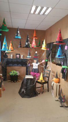 Halloween Classroom Decorations, Halloween Door Decorations, Theme Halloween, Classroom Crafts, Halloween Crafts For Kids, School Decorations, Spooky Halloween, Classroom Board, School Classroom