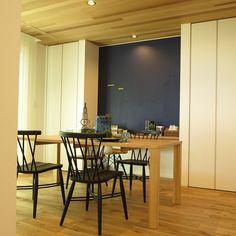 デスクコーナーの壁面がチョークボード塗料でブルー色に塗装!黒板仕様なのでマグネットがくっつきます! ナチュラル&ブルー&ブラック色をテーマカラーとしたコーディネート