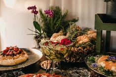 Poliana e Gustavo | Um mini wedding romântico e boho para te inspirar Boho Chic, Naked Cakes, Table Decorations, Mini, Home Decor, Pie Wedding Cake, Bunting Garland, Candy Table, Decorating Tips