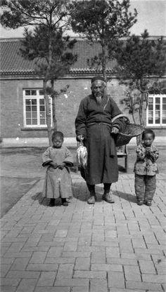elderly watchman and two children (Beijing 1928)  民國百態 - 巡夜老人和兩名兒童 (北京 1928年)