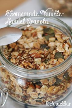 Vanille Mandel Granola ganz einfach selber machen. Es duftet so himmlisch nach Vanille. Es ist knusprig und sorgt für einen gesunden Start in den Tag. Das Rezept gibt es hier
