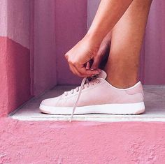 If you want travel walking shoes that are comfortable AND stylish, this roundup of the best travel shoes is for you! Flats, sandals and sneakers for women included.