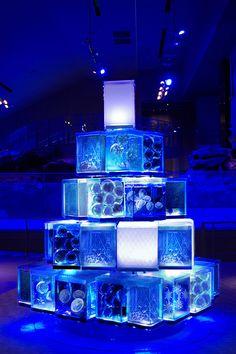"""すみだ水族館の「クラゲと恋するクリスマス」雪の結晶型クラゲが舞う""""東京クラゲツリー"""" 写真2 Animal Wallpaper, Wallpaper Backgrounds, Jellyfish Tank, Digital Signage, Modern City, Sea And Ocean, Stage Design, Abstract Sculpture, Art World"""