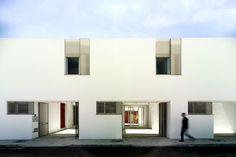 Construido por Gabriel Verd Arquitectos en Umbrete, Spain con fecha 2008. Imagenes por Jesús Granada. Afrontamos el proyecto como búsqueda de un prototipo de vivienda social planteando la secuencia de llenos y vacíos a ...