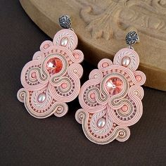 Although this is soutache jewelry (wrapped braids), it could be simulated in polymer clay. Soutache Necklace, Beaded Earrings, Beaded Jewelry, Pink Earrings, Embroidery Jewelry, Ribbon Embroidery, Shibori, Bead Crafts, Jewelry Crafts